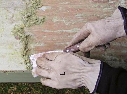 Фото: Удаление старой отделки с деревянного дома