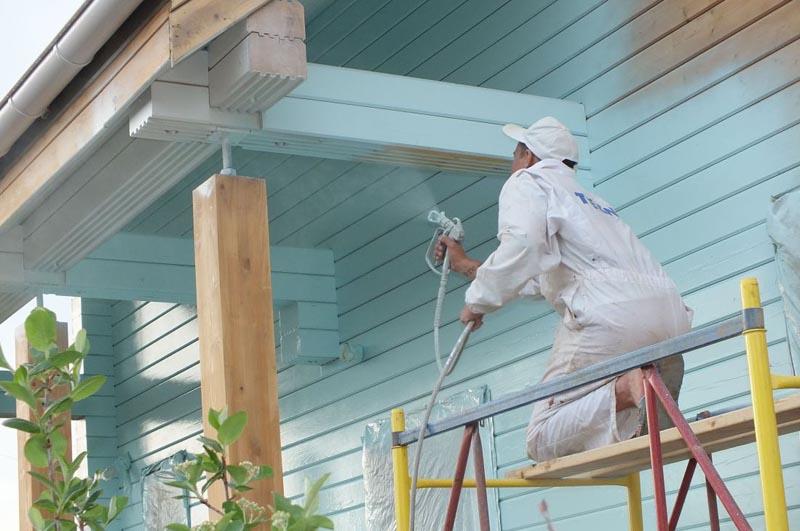 Фото: Использование краскопульта облегчает процесс покраски