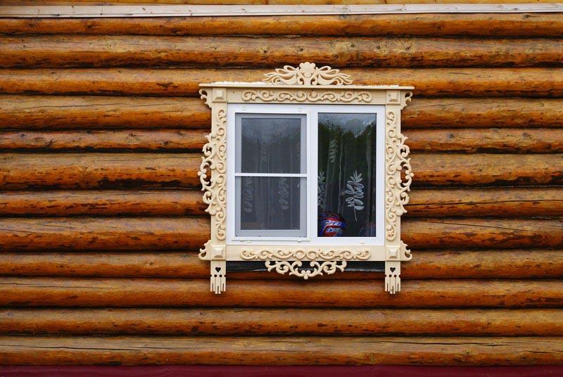 Фото: Отделка для окон из дерева ручной работы