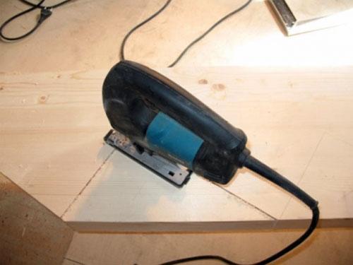 Фото: Выпиливание косоура с применением электрического лобзика