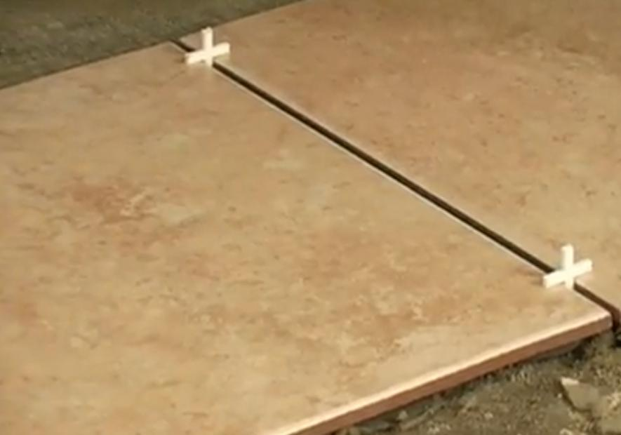 Фото: Для соблюдения одинаковой ширины швов используются пластмассовые крестики