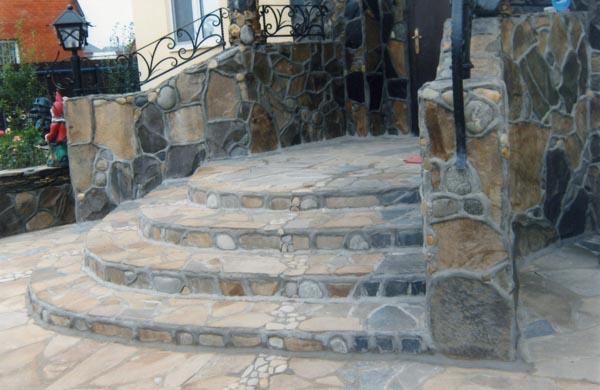 Фото: Оформление натуральным камнем и кованными изделиями