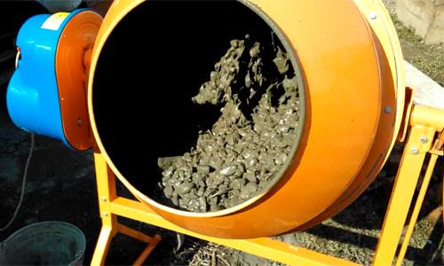 Фото: Подготовка бетонного раствора в бетономешалке