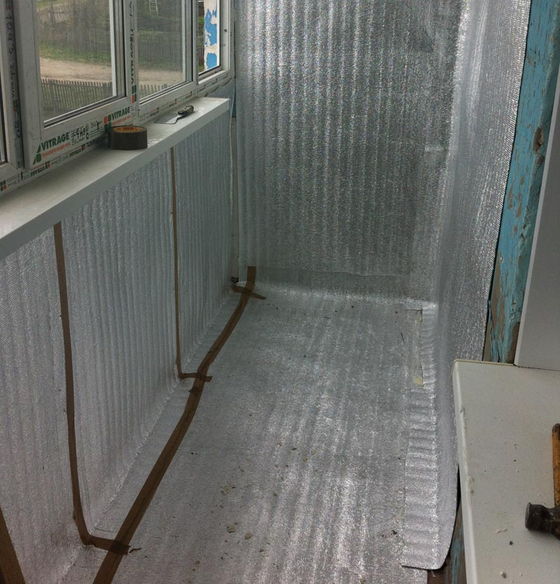 Фото: Укладка пароизоляции на пол и перегородки балкона