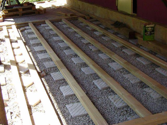 Фото: Перед укладкой покрытия обустраивают лаги