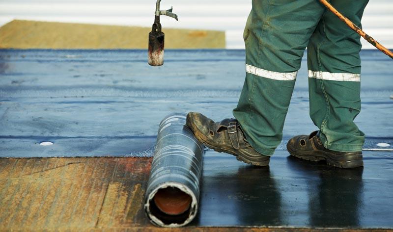 Фото: При оклеечном методе материал может наносится различными способами