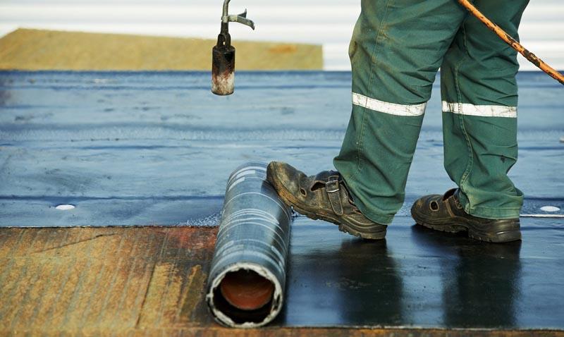 Фото: Укладка рулонных покрытия при помощи нагрева