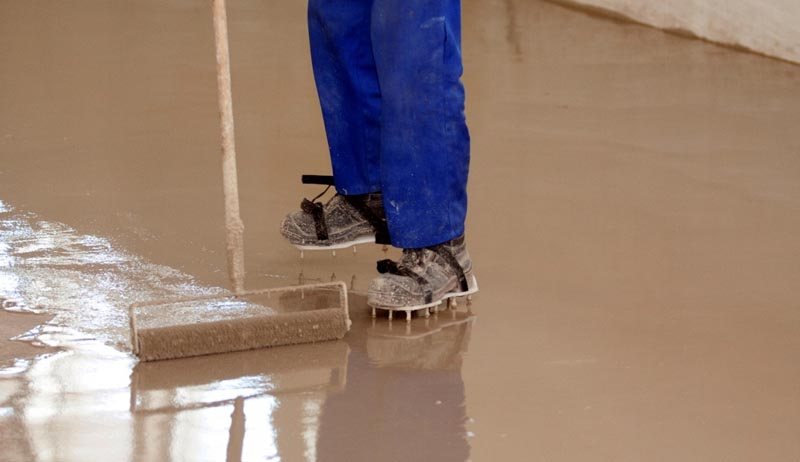 Фото: Самовыравнивающаяся смесь используется для устранения повреждений и перепада высот