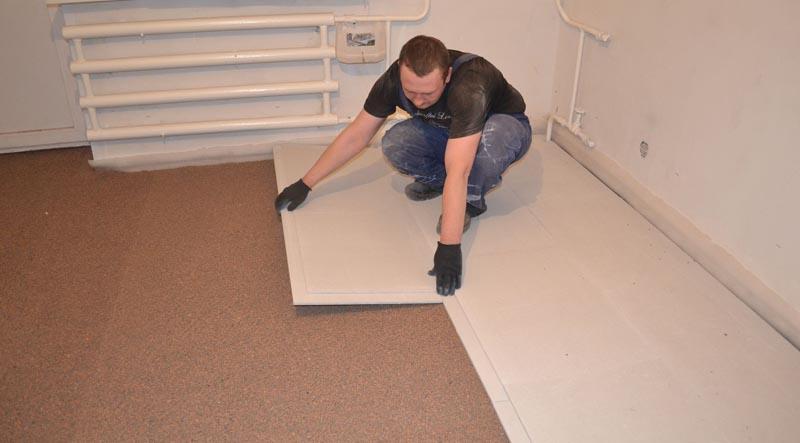 Фото: После распределения сухих заполнителей выполняют настил плит