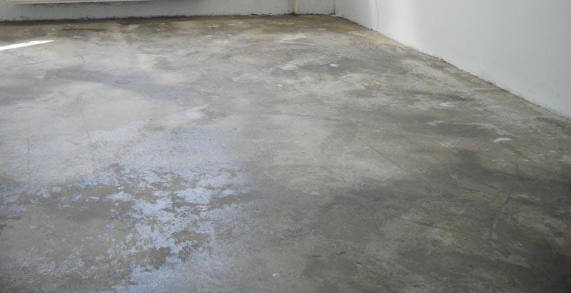 Фото: При подготовке бетонного основания выполняется отбивка загрязнений и очистка от пыли