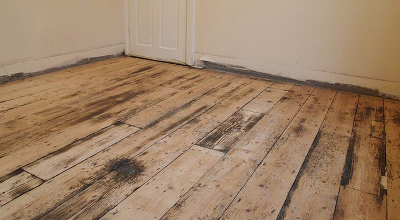Фото: Деревянный пол не совсем пригоден для жидких составов