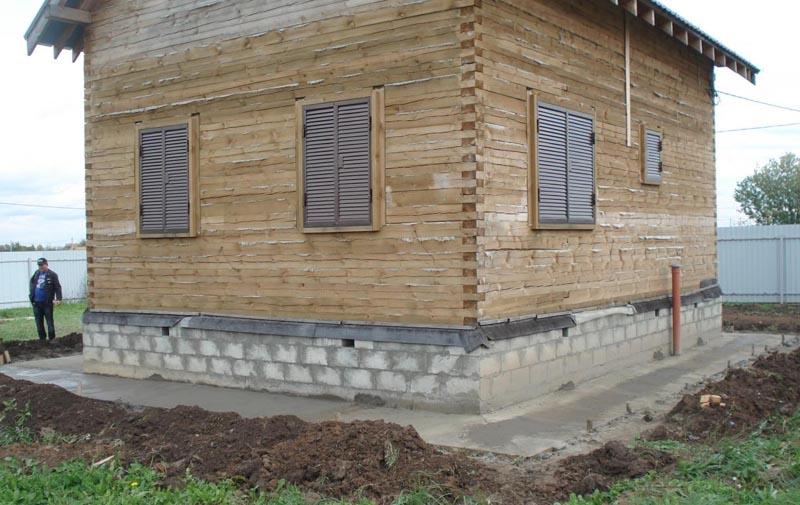 Фото: Устройство можно выполнять во время установки стен и крыши