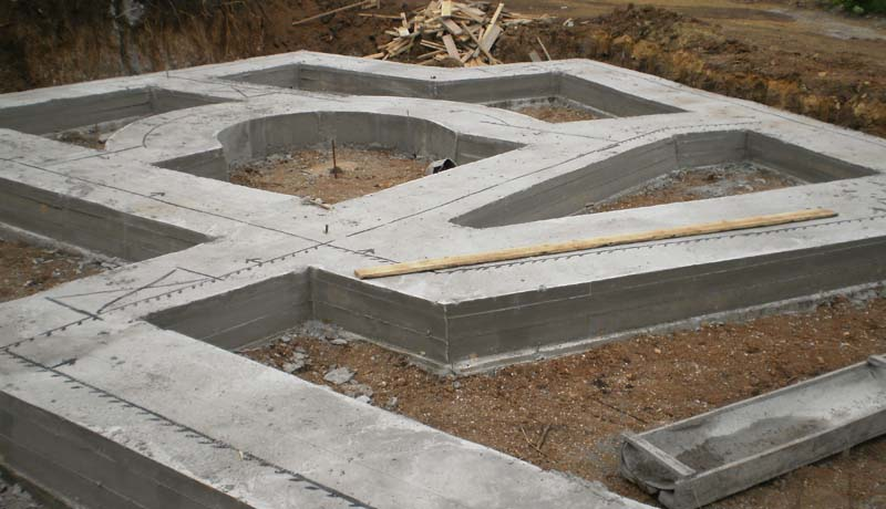 Фото: Готовый ленточный фундамент сложной формы