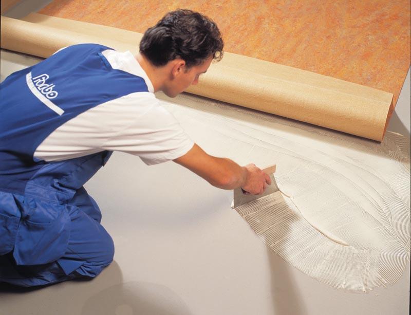Фото: Клей надежно и прочно удерживает облицовку на поверхности пола